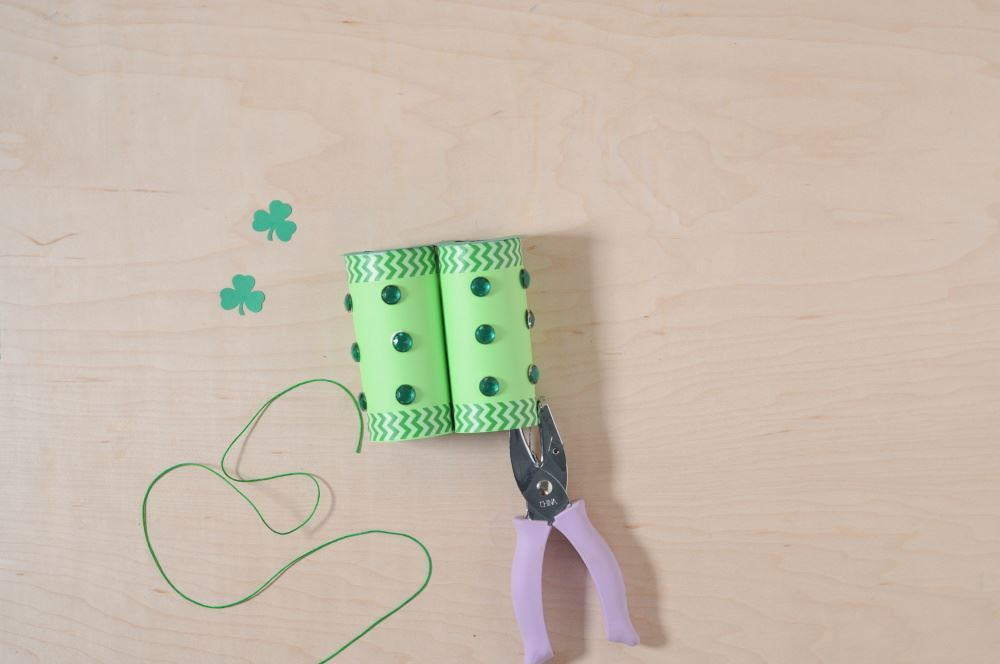 Aleene's Easy Paper Craft: Leprechaun Finder - tie string to each side